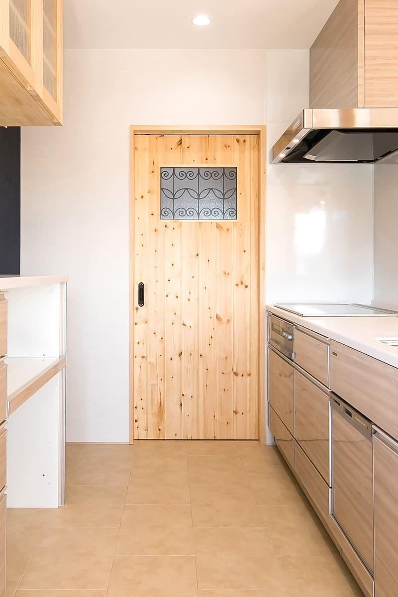 室内ドア窓に設置したステンドグラス「ラインアート」-キッチン側