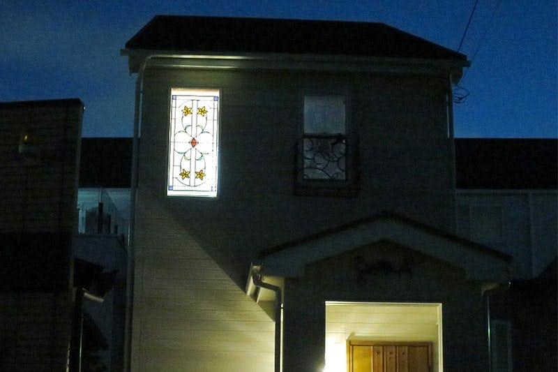 階段のFIX窓に設置したステンドグラス「ラインアート」-屋外からの様子