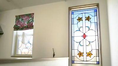階段のFIX窓に「ラインアート」のステンドグラスを設置した事例 (埼玉県川口市 S様)