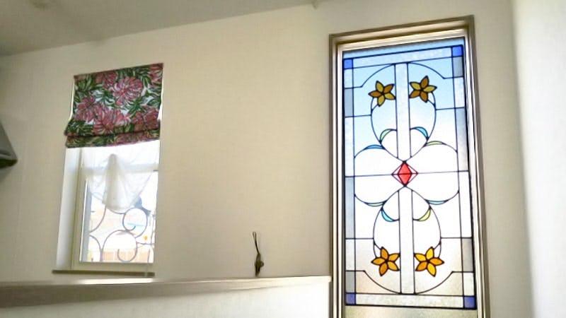 階段のFIX窓に設置したステンドグラス「ラインアート」-屋内からの様子