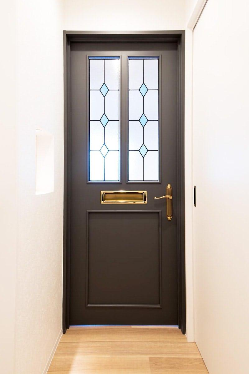 ドア窓に設置したステンドグラス「ラインアート」