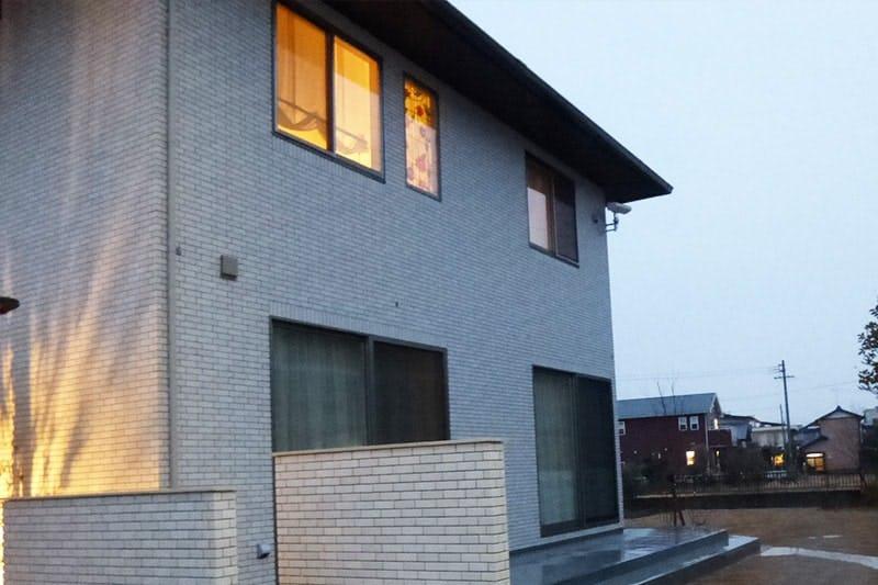 リビングのFIX窓に設置した「ブリリアントモーメント」-室外側