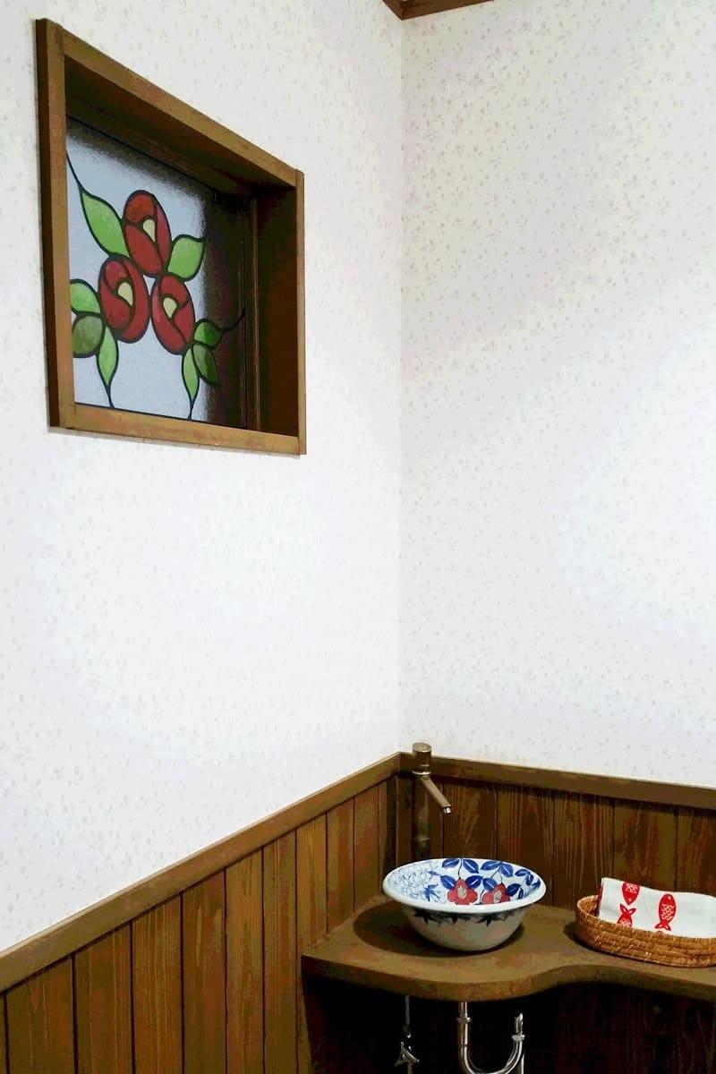 トイレの小窓に設置したステンドグラス「エチュード」