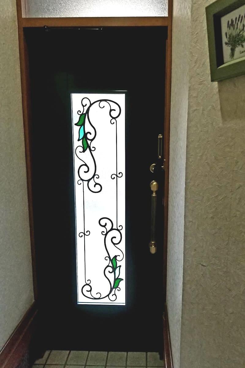玄関ドアに設置したステンドグラス「ラインアートカラー LC03」