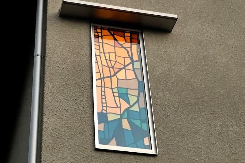 新築の窓ガラスに設置した「ステンドペアガラス」-屋外から見た様子