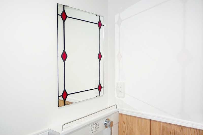 トイレの鏡に設置した「セミオーダーステンドミラー」-1
