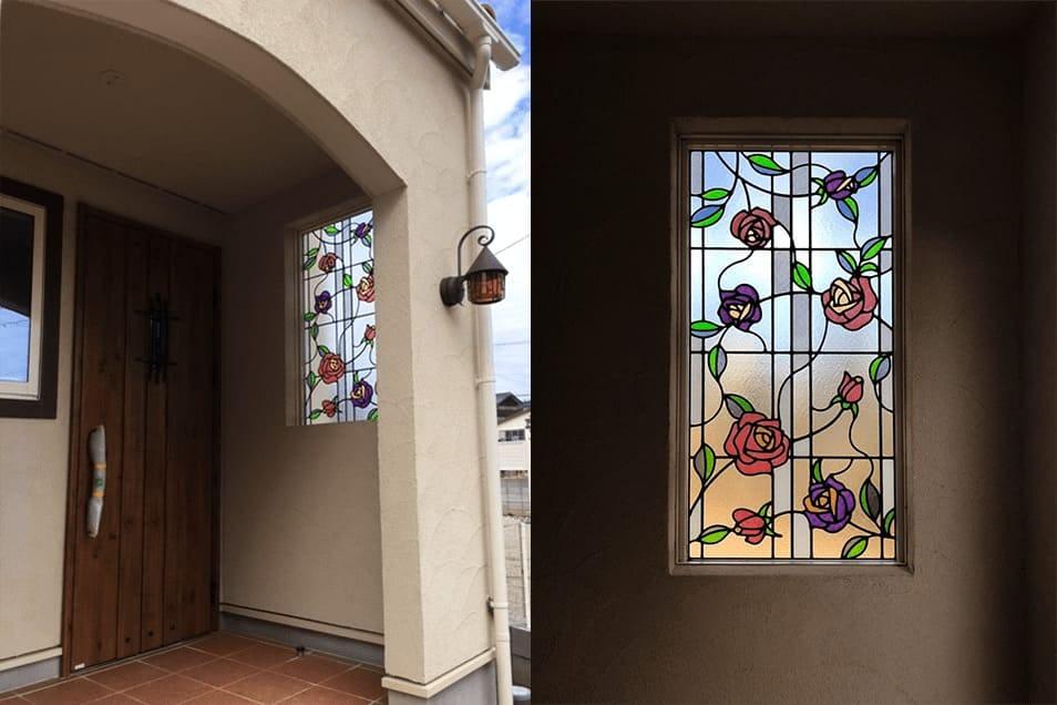 「ブリリアント モーメントG02」が設置された玄関の飾り窓