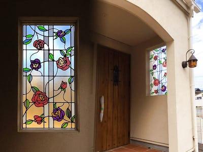 玄関の装飾に!バラ柄の「ブリリアント モーメント」を使用した事例(愛知県西尾市 T様)