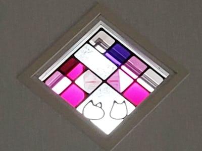 可愛らしい猫のシルエット!飾り窓に「フルオーダーステンド」を使用した事例