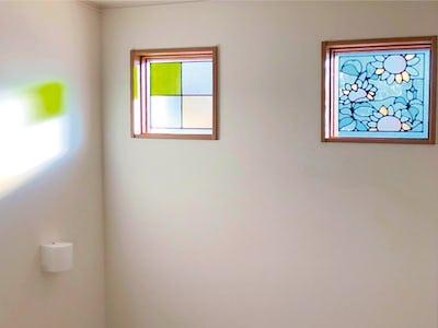 新築の明かり取り窓に!二種類のステンドグラスを使用した事例(神奈川県大和市 M様)