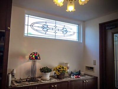エレガントな明かり取り窓に!玄関に「ブリリアントモーメント」を使用した事例(北海道函館市 U様)