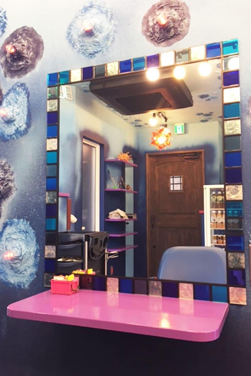 美容室に設置した「ステンドミラー」-設置後の様子