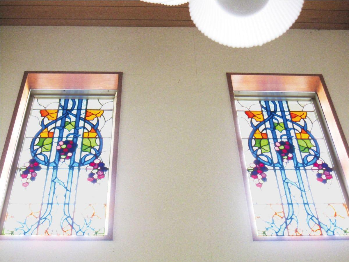 窓に設置された「ブリリアントモーメント K27」に強い光がさしている様子