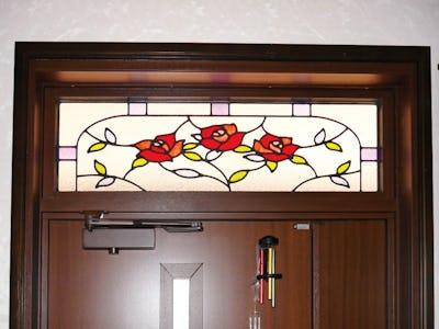 鮮やかなバラ柄で玄関を装飾!明かり取り窓に「エチュード」を使用した事例(C社樣)