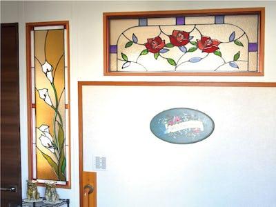 室内の明かり取り窓に!お花柄の二種類のステンドグラスを使用した事例