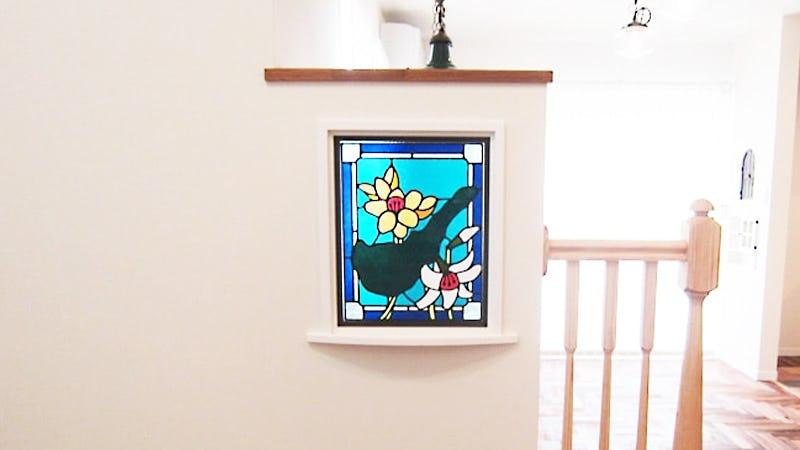 室内窓に設置した「フルオーダーステンドグラス」-島とフリージア、ユリ