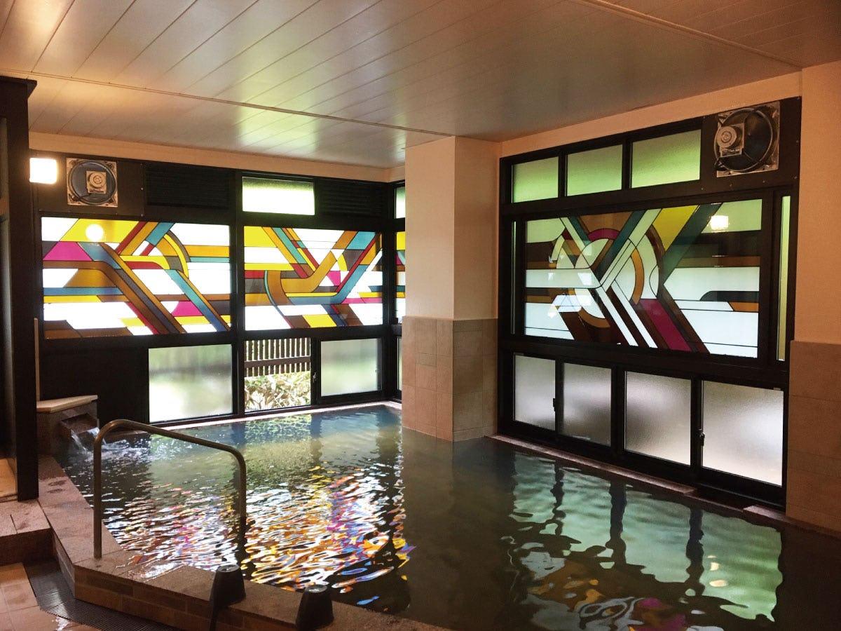 ステンドグラス「プリズム」が設置された大浴場 本文用(3)