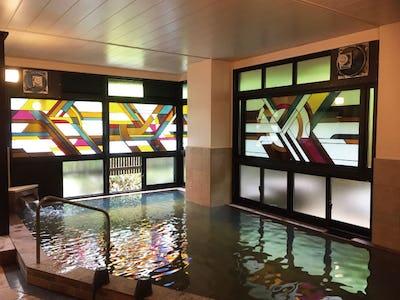旅館の大浴場の窓に「プリズム」と「ラティスカラー」を使用した事例(黒川温泉 やまびこ旅館様)