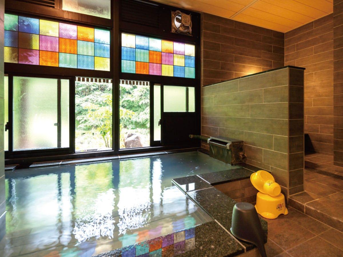 ステンドグラス「ラティスカラー」が設置された大浴場 本文用 (1)