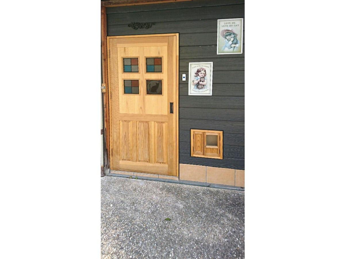 店舗ドアに設置した「スクウェアOG251」と「ラティスカラーMS011」