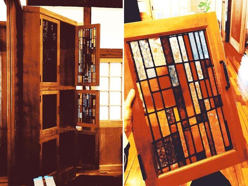 戸棚扉のガラスに設置した「フルオーダーステンド」
