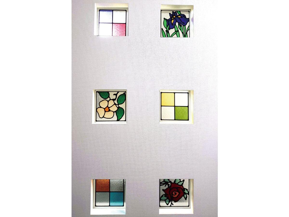 住宅の小窓に6種のステンドグラスを使用したお写真