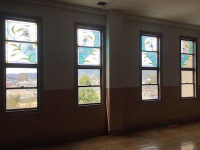 高校の教室にステンドグラスを!外窓に「フルオーダーステンドグラス」を使用した事例(広島県A様)